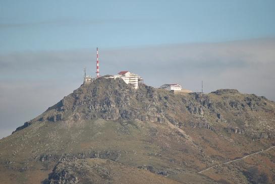 Avec le téléobjectif, on voit très bien les constructions et le sommet de la Rhune.