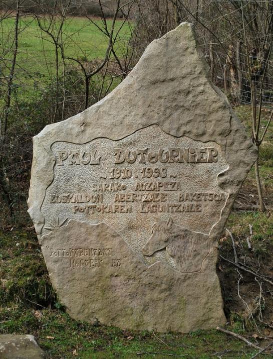 De l'autre côté de la route, une stèle rend hommage à Paul Dutournier, ancien maire de Sare, et grand promoteur du Pottok basque.