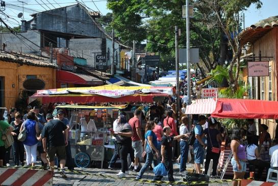 Après avoir trouvé un parking pour la voiture, on se lance dans le parcours du marché, et on n'est pas tous seuls !