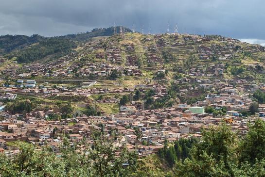 De là, on domine Cuzco, ici le haut de la ville et sa forêt d'antennes, avec un rayon de soleil et la pluie qui menace toujours.