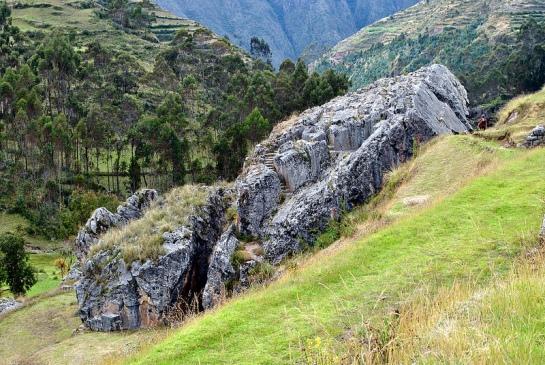 Un peu plus bas on découvre un affleurement rocher avec des marches sculptées. On va voir de plus près, pendant que Fanny rejoint déjà le marché.