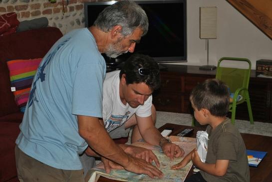 Et voilà, c'est le retour à Toulouse où papa attend son petit garçon, ici il étudie avec papy une stratégie anti-bouchons (vendredi soir 12 juillet, on ne va pas être seuls à quitter la ville)…