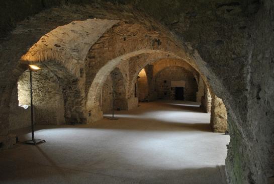 Au même niveau que l'église, le cloître ancien a été dégagé lors des fouilles. Devenu trop petit, il avait été enseveli et un nouveau cloître bâti au-dessus.