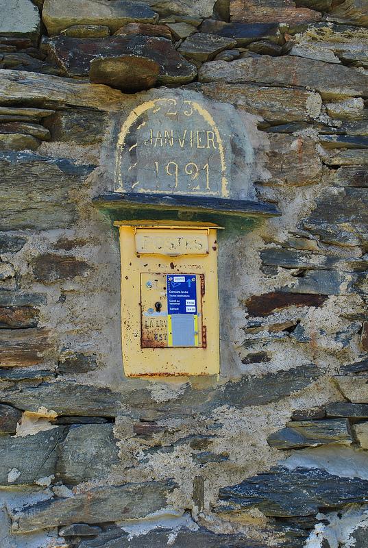 Dans ce hameau loin de tout et sans voitures, nous découvrons une vraie boîte aux lettres avec des heures de levées à jour ! Bizarre... La Poste n'aurait-elle pas encore abandonné toutes ses missions de service public ?
