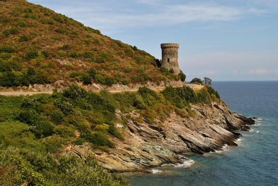 Nous reprenons ensuite la route littorale qui passe tout près de la tour génoise de l'Osse