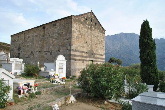 Un peu plus loin il faut s'écarter un peu de la route pour parvenir à la chapelle San Rinieru (saint Régnier) qui nous fournit un premier exemple de l'utilisation des couleurs des pierres pour la décoration des églises romanes.