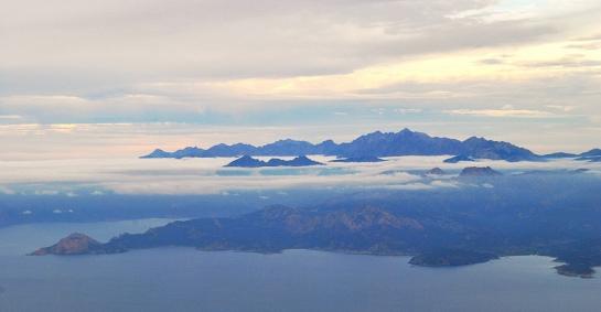 Beau temps encore à l'arrivée en Corse, coupée en deux par une couche de nuages, au-dessus desquels domine le Monte Cinto, point culminant de l'île.
