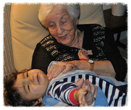 un bébé sur les genoux de son arrière grand-mère