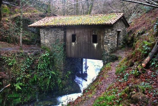 Ici on voit bien le mécanisme sous le bâtiment, conçu pour utiliser directement la force de la chute d'eau. Ce moulin daterait de l'époque des guerres carlistes, et aurait plus de 150 ans...