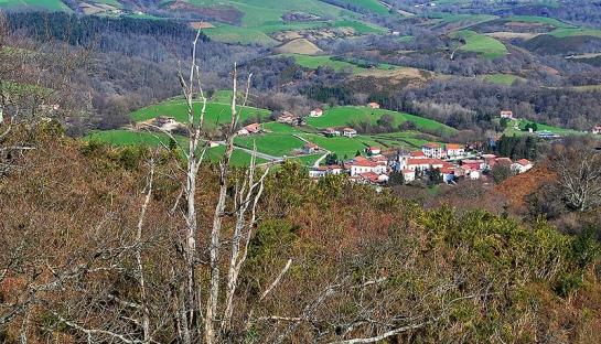 Nous dominons d'ici le célèbre village des sorcières, Zugarramurdi.