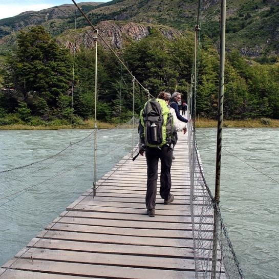 Une passerelle suspendue limitée à 6 personnes permet de franchir le rio Pingo, qui descend de la vallée du même nom. Çà bouge là-dessus !