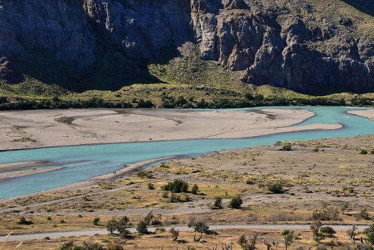 Le sentier monte doucement, il arrive à un premier « mirador » sur la rivière et sa vallée.