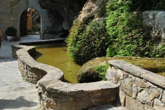 La rigole alimente des bassins qui agrémentent l'entrée.