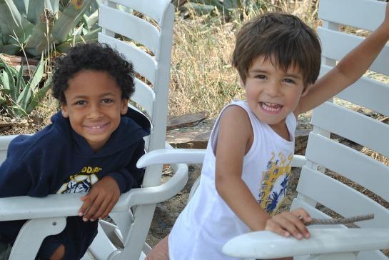 Pendant que les grands préparent les affaires, les enfants jouent sur la terrasse : les garçons s'entendent bien