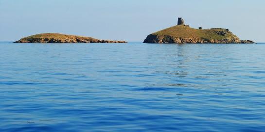 Le calme aussi est remarquable, pas de vent, pas l'ombre d'une vague ; nous nous approchons des îles Finocchiarola, inhabitées sauf par quelques colonies d'oiseaux. Le plus grand des trois îlots est surmonté d'une tour génoise en ruines.