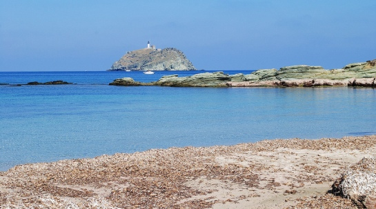 L'île de la Giraglia est là tout près, avec son phare blanc.