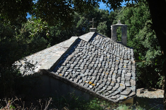 Et encore une chapelle, celle de Santa Maria Assunta au hameau de Pruno, jusqu'où nous avons grimpé. Une belle toiture de teghje (les lauzes d'ici).