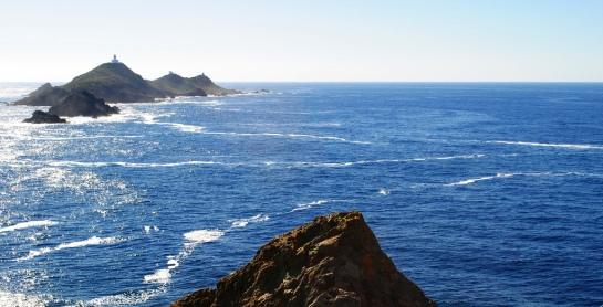 L'archipel des Sanguinaires n'est vraiment plus très loin. Alphonse Daudet y avait effectué un séjour, logé dans le phare avec les gardiens.