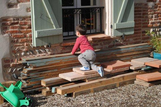 ...et le petit Jérémy l'ancien cabanon démonté pour aller regarder par la fenêtre.