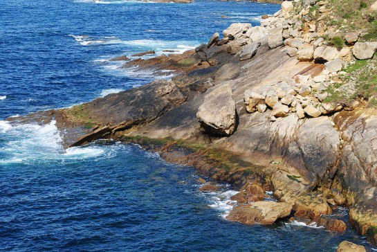 Les rochers qui subsistent des couches anciennes emportées par l'érosion semblent prêts à se précipiter dans le vide.