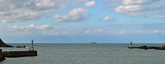 au loin un bateau